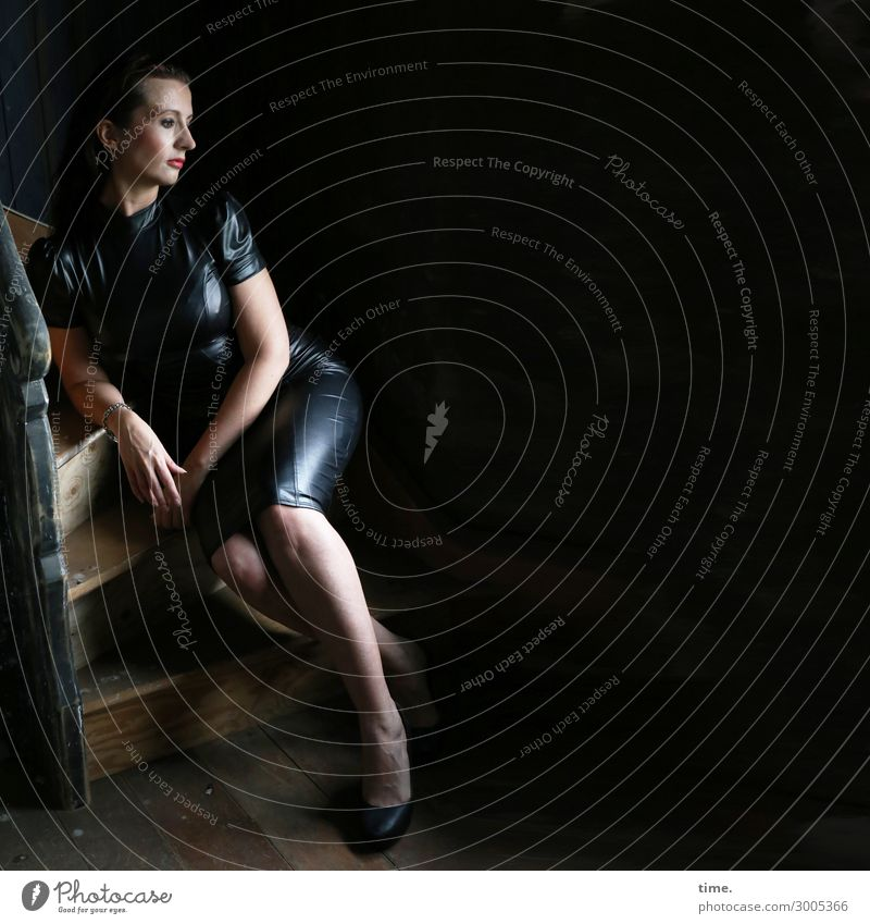 Anja Wohnung Treppe Treppenhaus feminin Frau Erwachsene 1 Mensch Kleid Damenschuhe brünett langhaarig beobachten festhalten Blick sitzen Gefühle Stimmung
