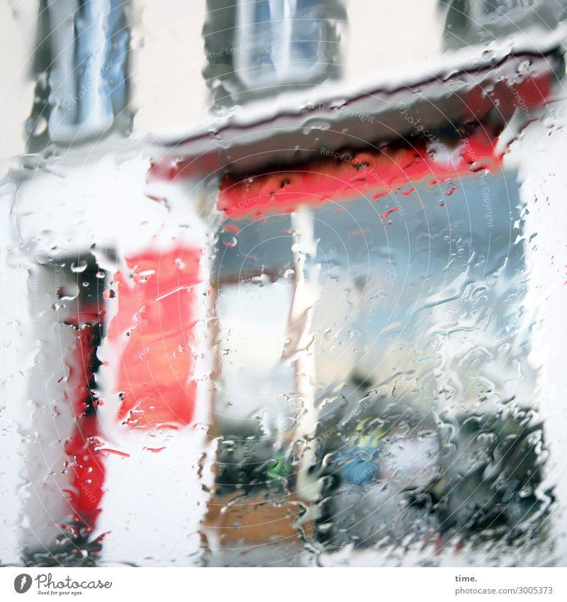nebulös   kurz mal wie aus Kübeln ... blau Stadt Wasser rot Fenster Leben Wand kalt Bewegung Mauer Stimmung Regen Tür Kraft Kreativität Perspektive