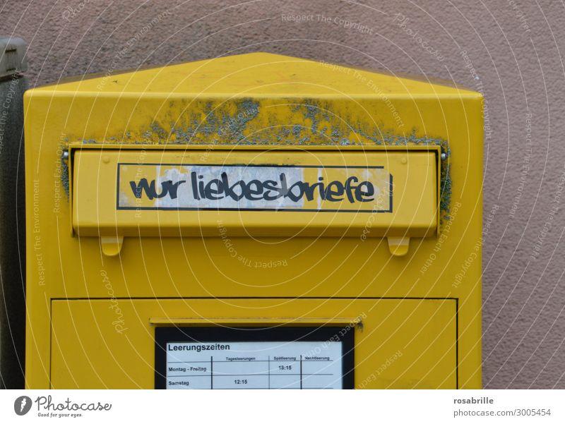 Liebesbrief unterwegs   on the road again alt gelb dreckig Kasten Brief schäbig Post Etikett Briefkasten Gruß Liebeserklärung Schlitz Heiratsantrag senden