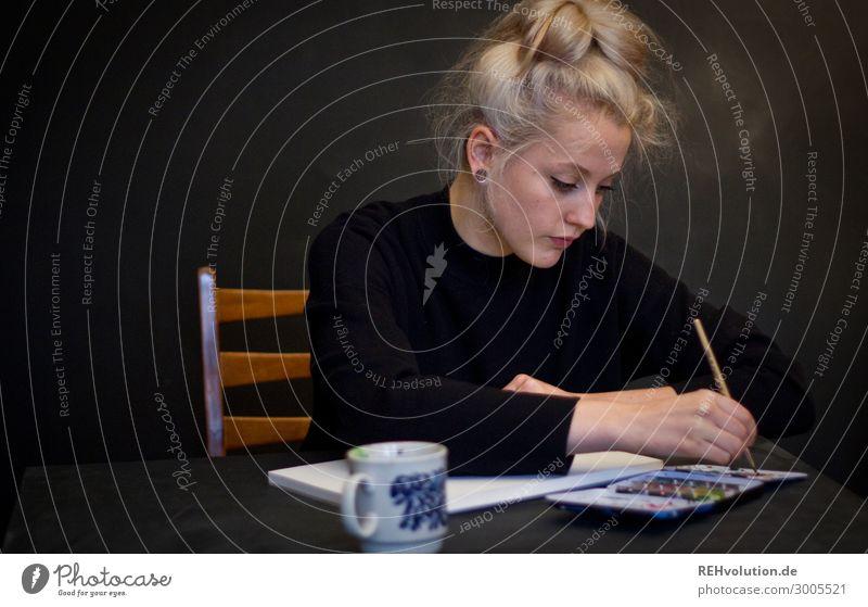 Alexa - Junge Frau malt mit Aquarellfrabe Freizeit & Hobby Kreativität malen Pinsel Kunstlicht natürlich zeichnen Maler Künstler Konzentration Gemälde