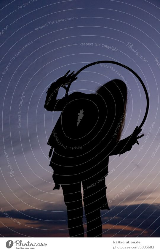 Silhouette einer Jungen Frau mit einem Ring Schatten Sonnenuntergang lange Haare Himmel Aktivität Gesundheit Übung Abendstimmung dunkel stark Mut Abenteuer