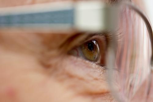 Auge einer Seniorin Frau Mensch alt Erwachsene Leben feminin authentisch Zukunft beobachten Brille Neugier Weiblicher Senior Großmutter Wimpern