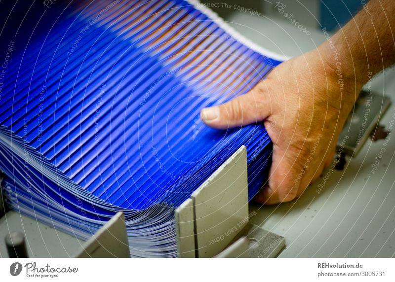 Broschüren falzen in einer Druckerei Arbeit & Erwerbstätigkeit Beruf Handwerker Arbeitsplatz Business Mittelstand 1 Mensch festhalten Maschine Buchbinder fangen