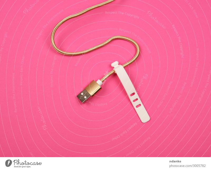 goldenes Kabel zum Laden mit Stromgeräten Telefon Computer Technik & Technologie Kunststoff Linie modern neu rosa rot weiß Fürsorge Kreativität Hintergrund