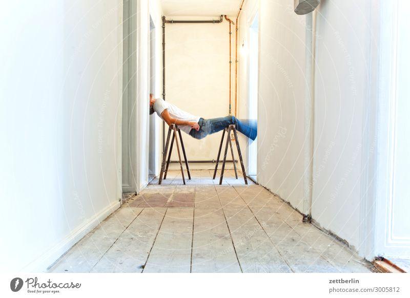 Joga Altbau Altbauwohnung Bewegungsunschärfe Flur Holzfußboden Mann Mauer Mensch Raum Innenarchitektur Textfreiraum Theaterschauspiel Unschärfe Wand