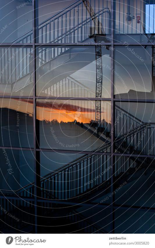 Treppe mit Sonnenuntergang Fenster Textfreiraum Fassade Glas Geländer Treppengeländer Treppenhaus aufwärts abwärts Treppenabsatz aufsteigen Spiegelbild Abstieg