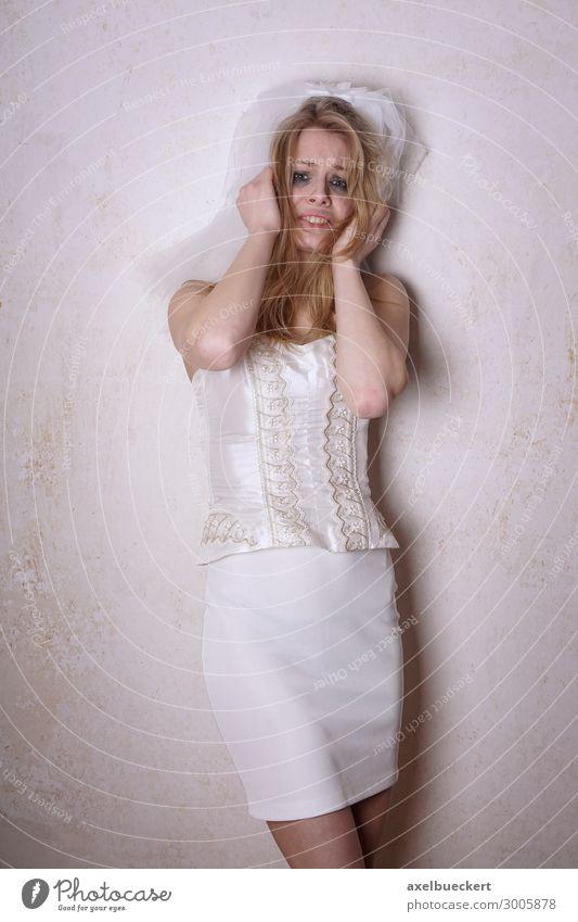 verzweifelte Braut weint Mensch feminin Junge Frau Jugendliche Erwachsene 1 13-18 Jahre blond Traurigkeit weinen Gefühle Sorge Trauer Liebeskummer Schmerz
