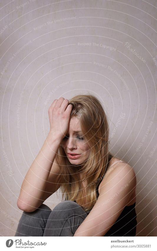 Frau mit verwischtem Make-up weint Mensch Jugendliche Junge Frau Einsamkeit 18-30 Jahre Erwachsene Traurigkeit feminin Gefühle Angst blond sitzen Trauer