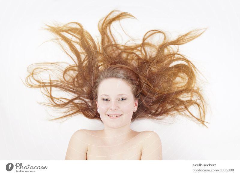 junge Frau mit langen rotblonden Haaren schön Haare & Frisuren Mensch feminin Junge Frau Jugendliche Erwachsene 1 18-30 Jahre rothaarig langhaarig Lächeln