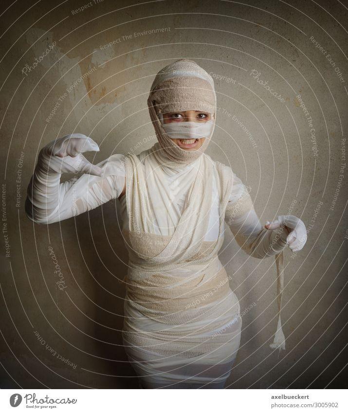 Mumie fletscht die Zähne Lifestyle Freizeit & Hobby Spielen Karneval Halloween Gesundheitswesen Mensch feminin Junge Frau Jugendliche Erwachsene 1 18-30 Jahre