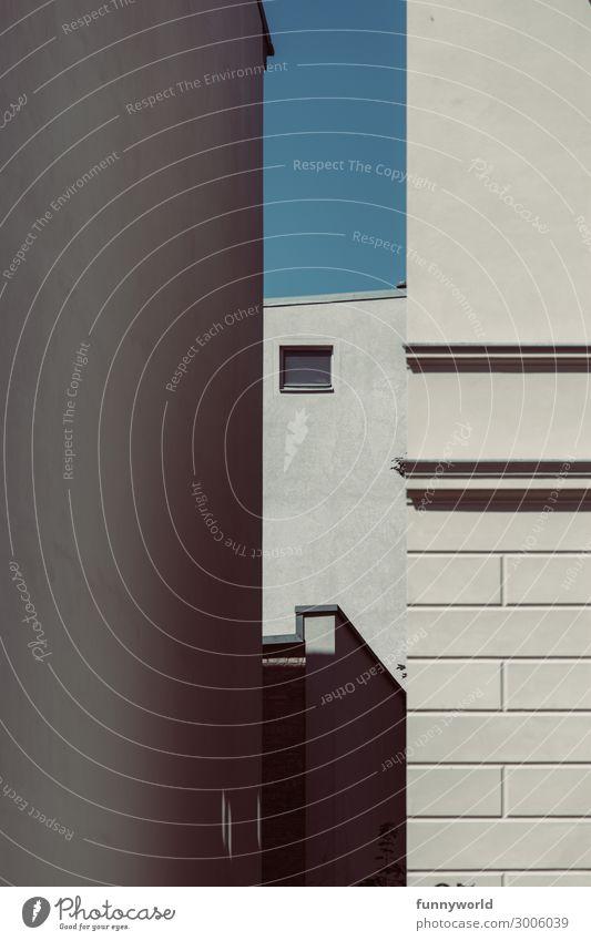 Ein kleines Fenster zwischen großen Häuserwänden Mauer Wand Fassade eckig Einsamkeit Ordnung Perspektive Ferne Symmetrie grau blau Himmel Sommer minimalistisch