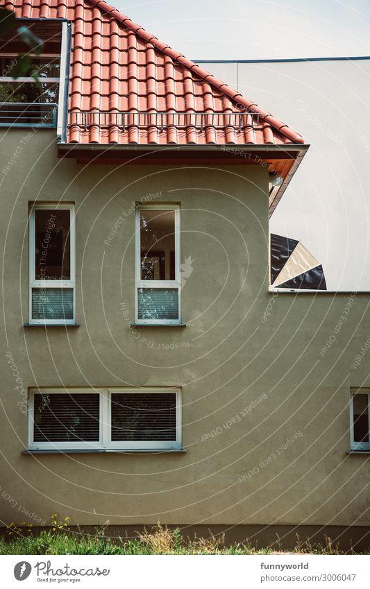 Wohnhaus mit beiger Fassade und rotes Dach Dorf Kleinstadt Stadt Stadtrand Menschenleer Haus Einfamilienhaus Mauer Wand Fenster Armut eckig hässlich trist