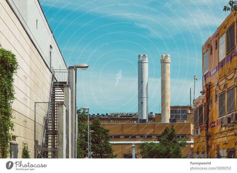 Industrielandschaft Menschenleer Industrieanlage Fabrik Turm Bauwerk Gebäude Architektur Mauer Wand Schornstein eckig Energie Fortschritt Container Baustelle
