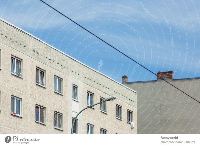 Hausfassade mit Fenstern und Kabel Kleinstadt Stadt Menschenleer Bauwerk Gebäude Architektur Mehrfamilienhaus Mauer Wand Fassade Schornstein eckig Laterne grau