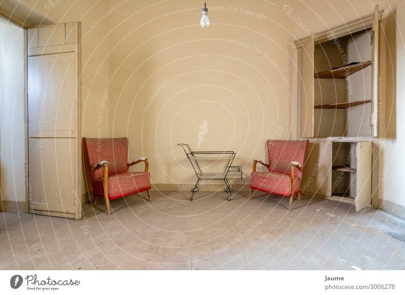 Wohnzimmer eines alten Hauses mit roten Sesseln Spanien Europa Dorf Menschenleer Gebäude Architektur Mauer Wand retro orange Einsamkeit Farbfoto Innenaufnahme
