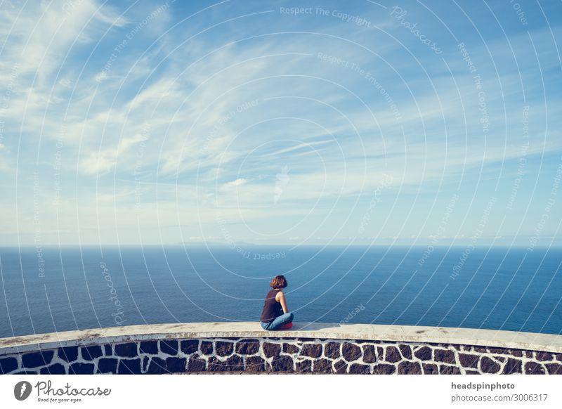 Junge Frau guckt auf Meer und Himmel auf den Azoren Natur Landschaft Urelemente Luft Wasser Wolken Schönes Wetter Küste Sao Jorge Portugal Gefühle Glück