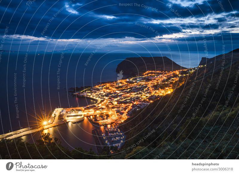 Hafen und erleuchtete Stadt Velas nach Sonnenuntergang, Azoren Ferien & Urlaub & Reisen Tourismus Ausflug Abenteuer Sightseeing Städtereise Kreuzfahrt