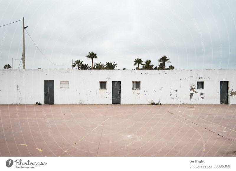 gebäude Umwelt Wolken schlechtes Wetter Dorf Kleinstadt Stadtrand Menschenleer Haus Bauwerk Gebäude Architektur Mauer Wand Fassade Fenster Tür alt Süden Spanien