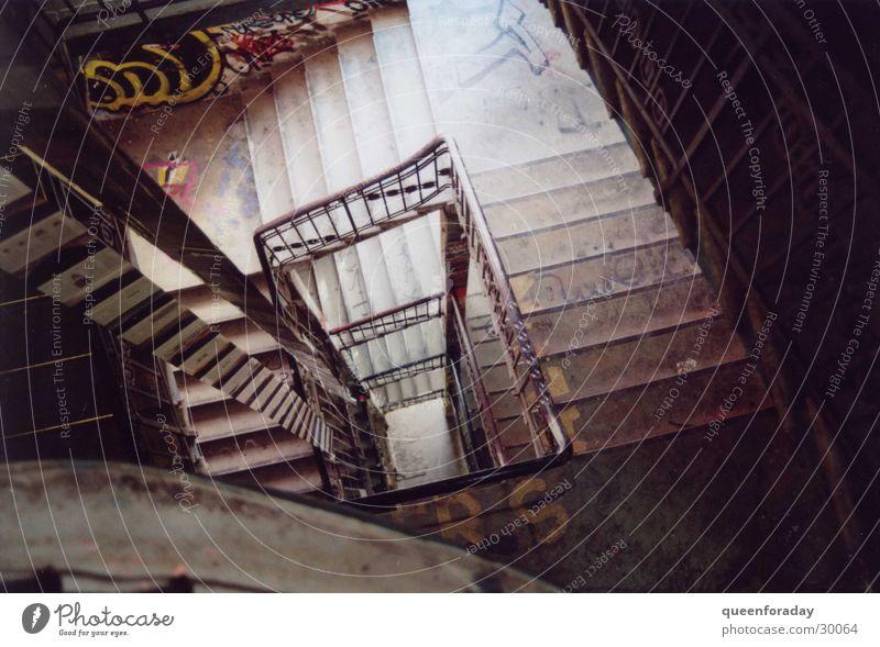 abwärts Treppenhaus Blick nach unten Architektur Niveau Geländer Perspektive