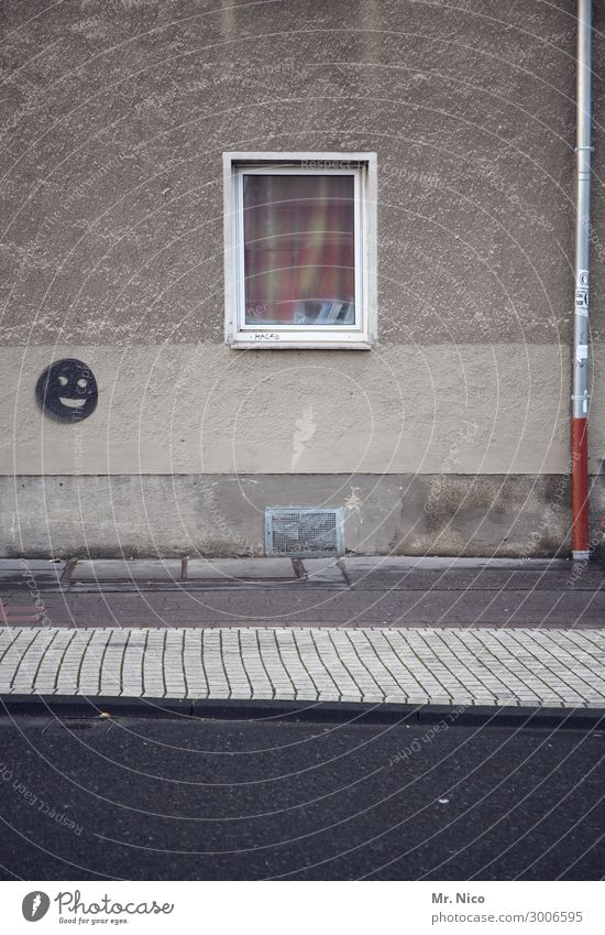 happy haus Stadt Haus Gebäude Architektur Mauer Wand Fassade Fenster Straße Wege & Pfade trist grau Smiley Bürgersteig Abflussrohr Asphalt Zeichen Glück
