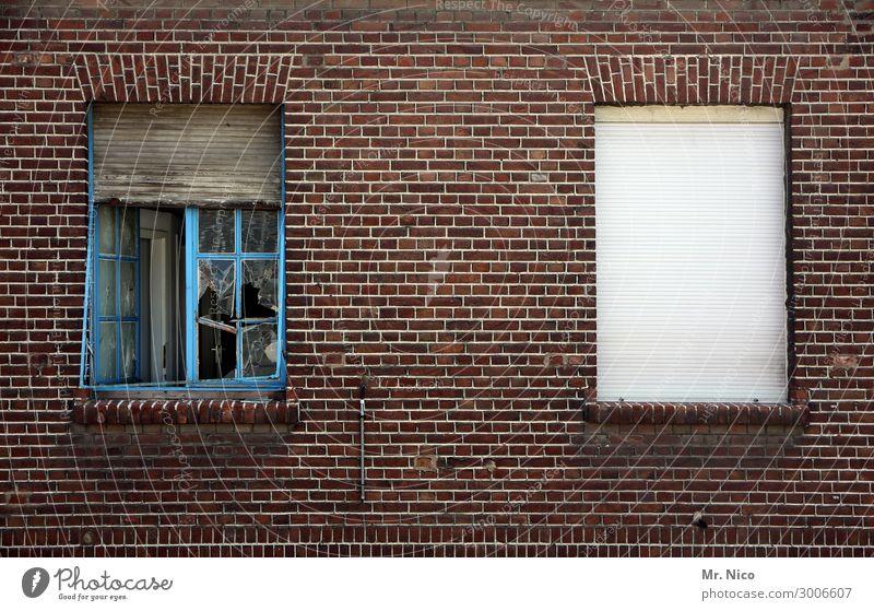 windows 2.0 Dorf Stadt Haus Ruine Bauwerk Gebäude Mauer Wand Fassade Fenster alt blau weiß geschlossen offen Rollladen kaputt Häusliches Leben paarweise Verfall