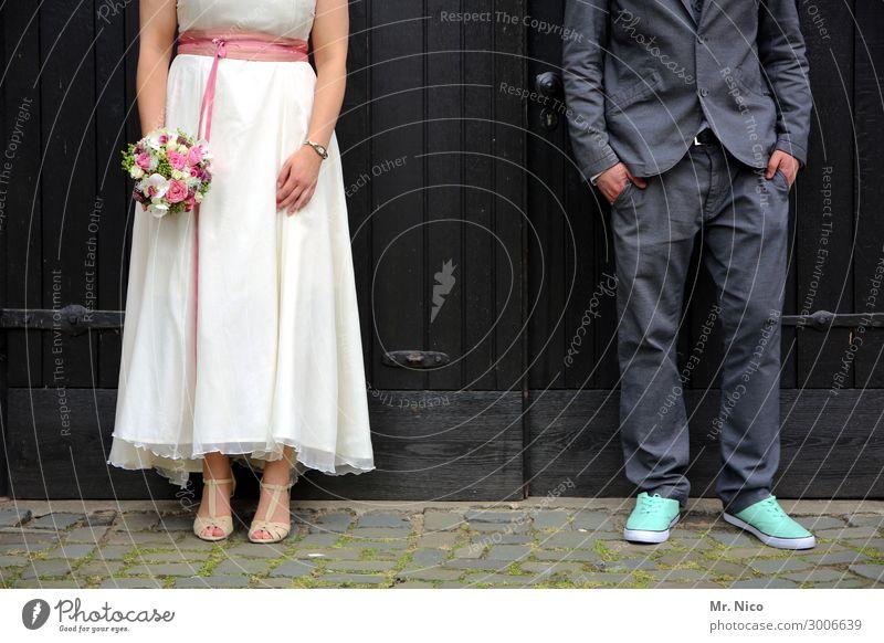 kopf hoch Feste & Feiern Hochzeit maskulin feminin Frau Erwachsene Mann Paar Partner 2 Mensch Kleid Anzug stehen Sympathie Zusammensein Liebe Verliebtheit