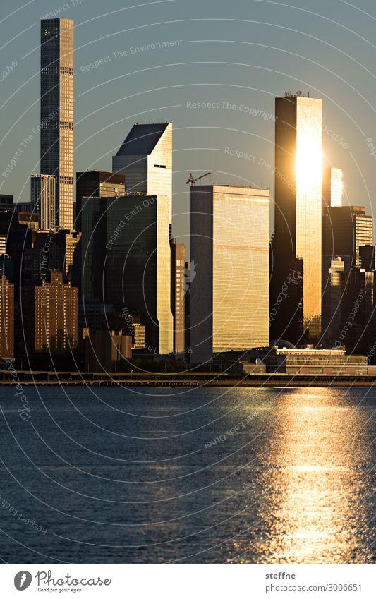 GOLDEN Stadt Skyline Wasser Hochhaus Manhattan New York City USA gold außergewöhnlich Idylle Farbfoto Außenaufnahme Menschenleer Textfreiraum oben