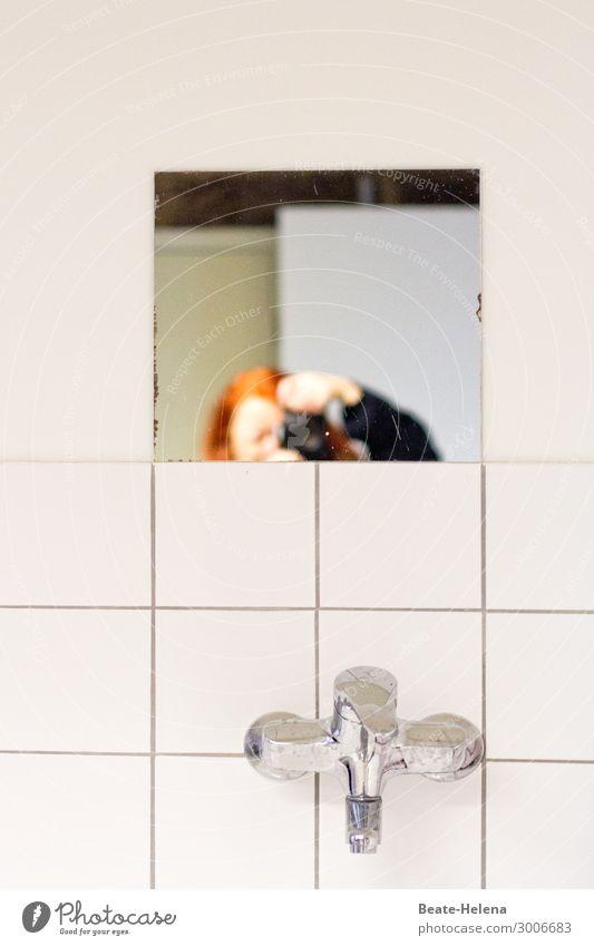 Just peeping in Häusliches Leben Innenarchitektur Spiegel Bad Fotokamera Mauer Wand rothaarig Wasserhahn Fliesen u. Kacheln Armatur beobachten entdecken Blick