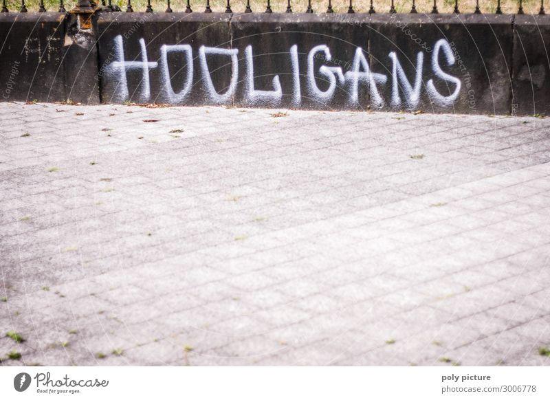 """""""HOOLIGANS"""" Graffiti an einer grauen Wand Stadt Stadtzentrum Menschenleer Zeichen Aggression Bildung Schutz Schwäche Sicherheit Hooligan Grafik u. Illustration"""