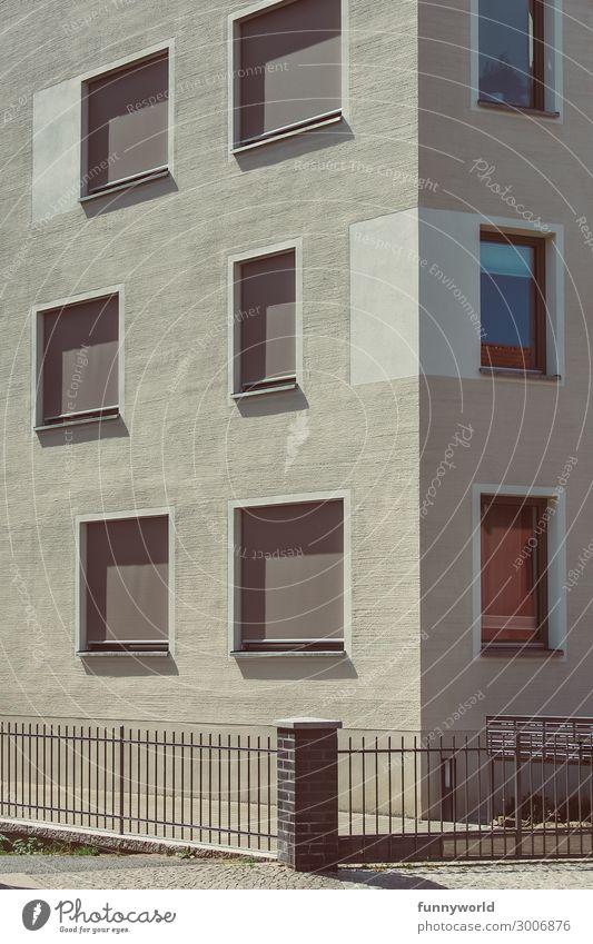 Hausfassade mit geschlossenen Rolläden Stadt Stadtrand Menschenleer Bauwerk Gebäude Architektur Mehrfamilienhaus Fassade Fenster stagnierend Rollladen Siesta