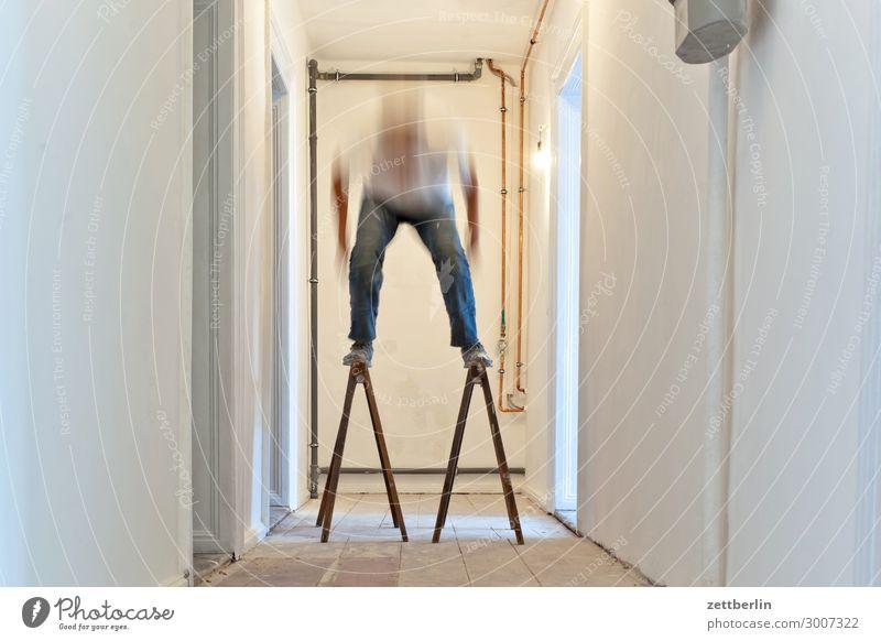 Telemark Altbau Altbauwohnung Bewegungsunschärfe Flur Holzfußboden Bodenbelag Mann Mauer Mensch Raum Innenarchitektur Textfreiraum Theaterschauspiel Unschärfe