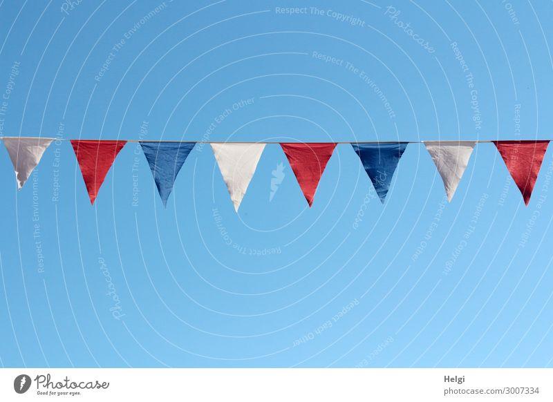 blaue, weiße und rote Fähnchen hängen als Dekoration an einer Schnur vor blauem Himmel Feste & Feiern Stadtfest Wolkenloser Himmel Sommer Schönes Wetter Fahne