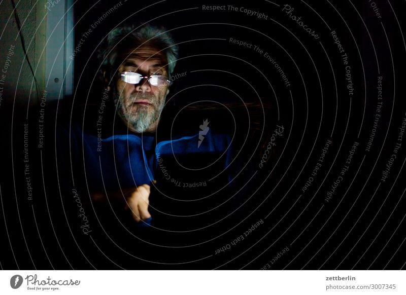 Ins Tablet glotzen Mann Mensch sitzen lesen Tablet Computer Licht spukhaft Information Einsamkeit Isolierung (Material) Isoliert (Position) einzeln Nacht Abend