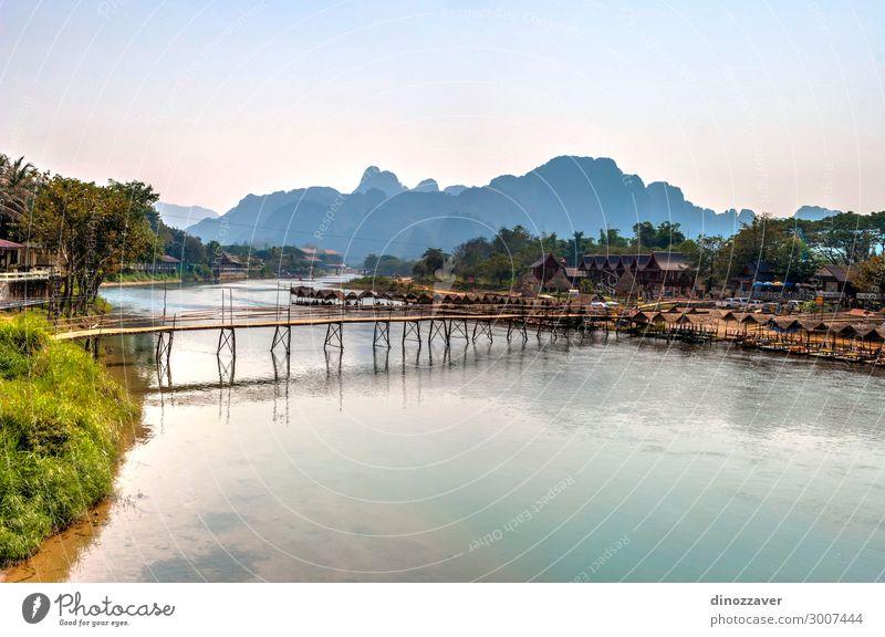 Vang Vieng mit dem Fluss, Laos Ferien & Urlaub & Reisen Tourismus Sommer Berge u. Gebirge Umwelt Natur Landschaft Himmel Wolken See Dorf Stadt Skyline Brücke