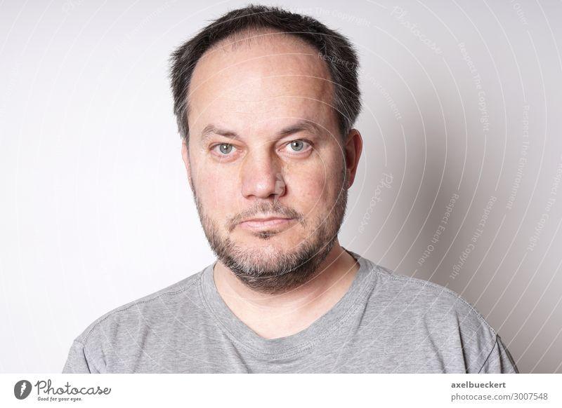 Mann mittleren Alters Mensch maskulin Erwachsene 1 30-45 Jahre 45-60 Jahre T-Shirt schwarzhaarig grauhaarig kurzhaarig Bart Dreitagebart Vollbart authentisch