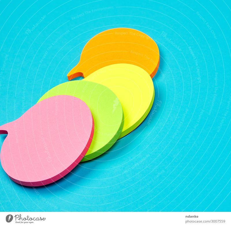 Stapel von mehrfarbigen leeren Papieraufklebern in Form von Wolken Büro Business sprechen außergewöhnlich Sauberkeit blau gelb grün rosa rot Farbe orange