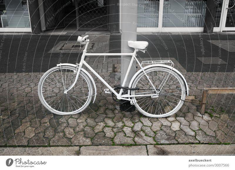 Ghost Bike, Mahnrad oder Geisterrad Stadt weiß Straße Lifestyle Tod Verkehr Fahrrad Fahrradfahren gefährlich Trauer Risiko Denkmal Verkehrsmittel Straßenverkehr