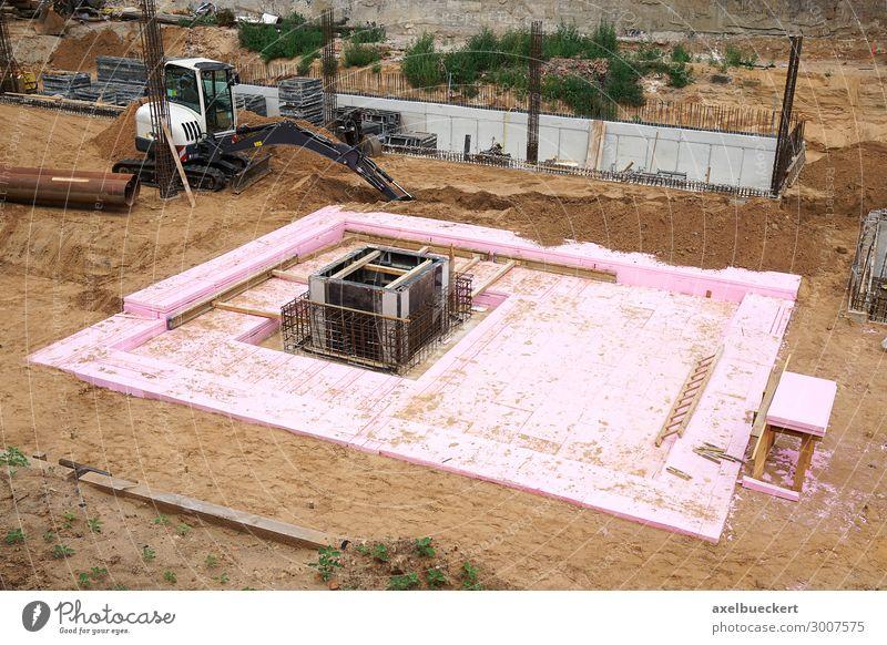 Baustelle mit Baugrube und Fundament Sand Haus Bauwerk Gebäude Architektur bauen Bagger Hausbau baugrube unvollendet Farbfoto Außenaufnahme Menschenleer
