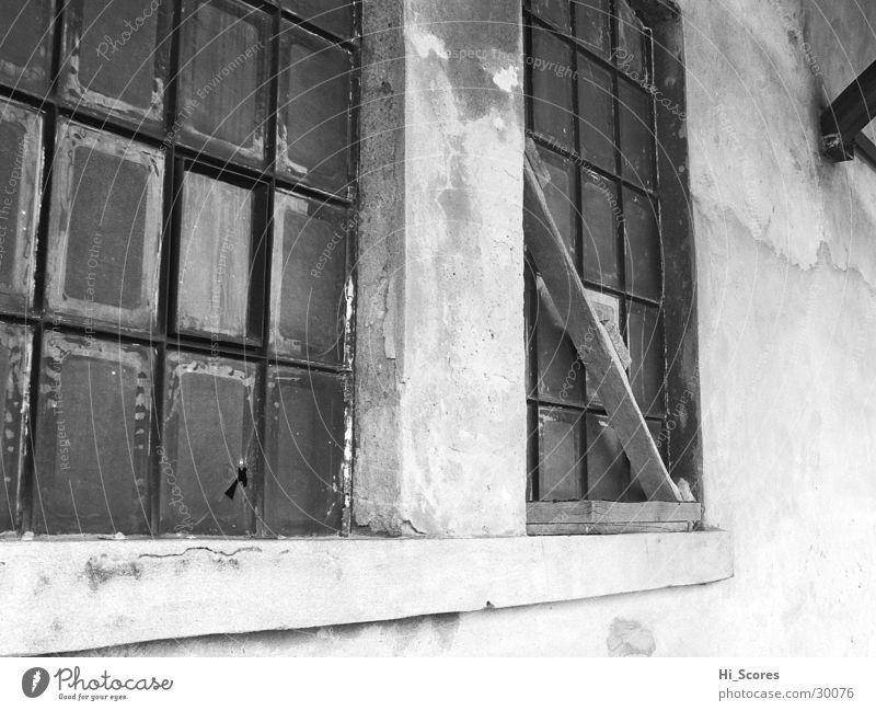 Das Fenster zum Bahnhof Fassade weiß Architektur schawrz Schwarzweißfoto Glas alt
