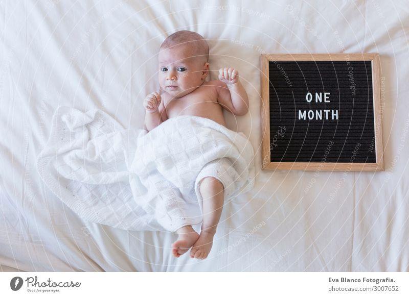 Porträt eines schönen Babys zu Hause auf dem Bett. Tag und Familie Haut Gesicht Erholung Kind Mensch Junge Hand schlafen träumen klein neu niedlich weich weiß
