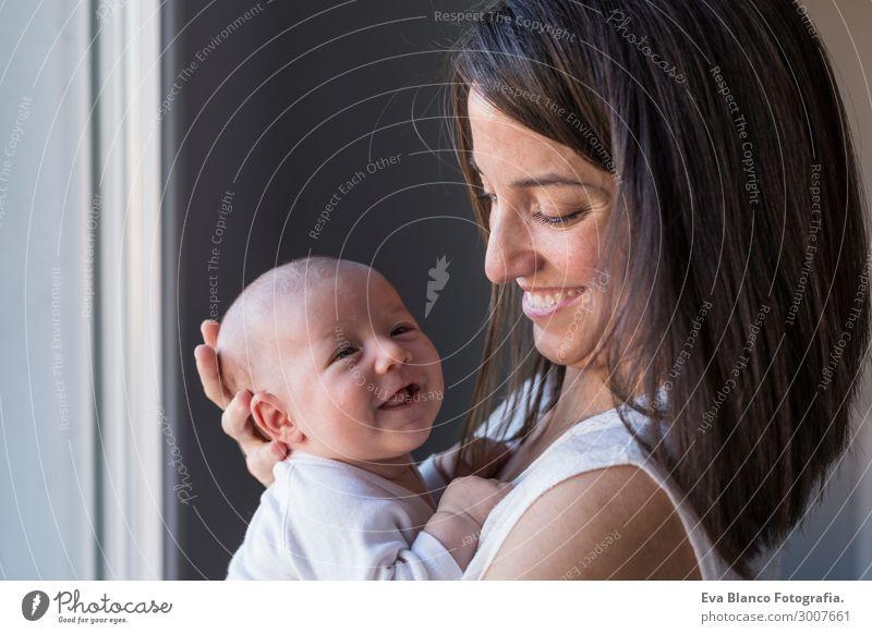 glückliche Mutter mit ihrem kleinen Mädchen zu Hause. Lebensstil und Familie Lifestyle Freude Glück schön Gesicht Erholung Freizeit & Hobby Kind Mensch Baby