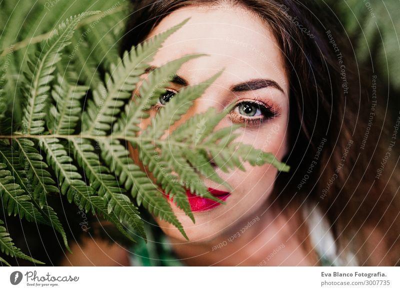 Frau Mensch Natur Jugendliche Junge Frau Sommer Pflanze Farbe schön grün rot Erholung Freude 18-30 Jahre Gesicht Auge