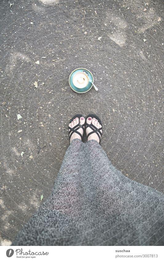 meine tasse ist leer Tasse Tasse Kaffee Durst Getränk Tee Nachmittag Frühstück Kaffepause Kaffeetasse Mittagspause Heißgetränk Frau stehen Asphalt Füße