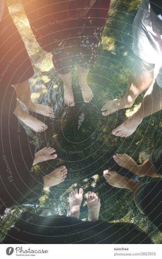 usertrefffüsseln Wärme Sommer Außenaufnahme kalt nass Mensch Füße Barfuß Zusammensein Zusammenhalt stark Menschengruppe Familie & Verwandtschaft Familienfeier