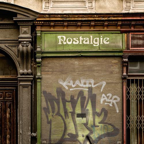 Gute alte Zeit - vorbei Wien Hauptstadt Stadtzentrum Altstadt Haus Gebäude Architektur Fenster Tür Stein Holz Schriftzeichen historisch trashig trist braun grau