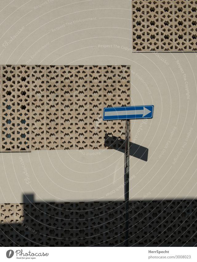 just one way Kleinstadt Stadt Bauwerk Gebäude Architektur Mauer Wand Fassade Stein Metall Zeichen Schilder & Markierungen Verkehrszeichen heiß Schattenspiel