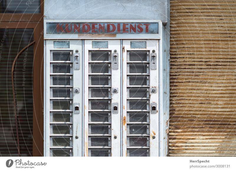 Gute alte Zeit kaufen Wien Stadt Fußgängerzone Bauwerk Gebäude Mauer Wand Metall Schriftzeichen trashig trist Dienstleistungsgewerbe Automat leer ausverkauft