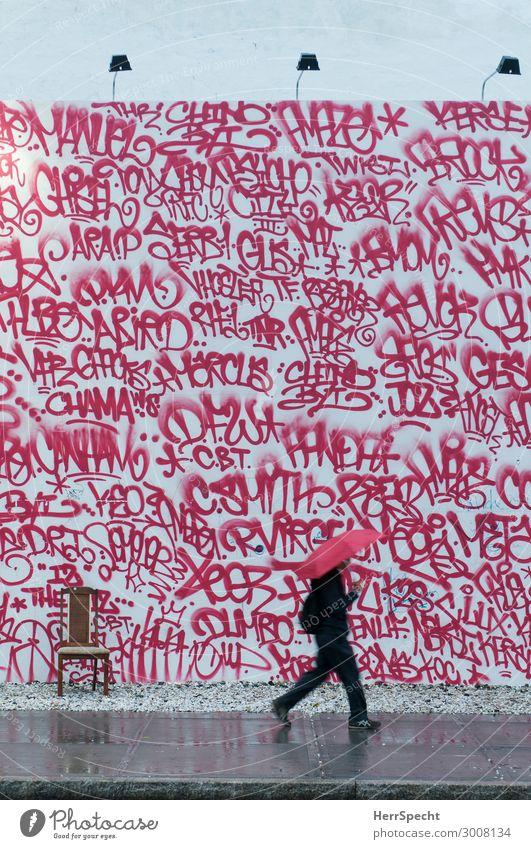 red & red Mensch maskulin Mann Erwachsene 1 30-45 Jahre schlechtes Wetter Regen Manhattan Stadtzentrum bevölkert Bauwerk Gebäude Mauer Wand Graffiti trendy rot