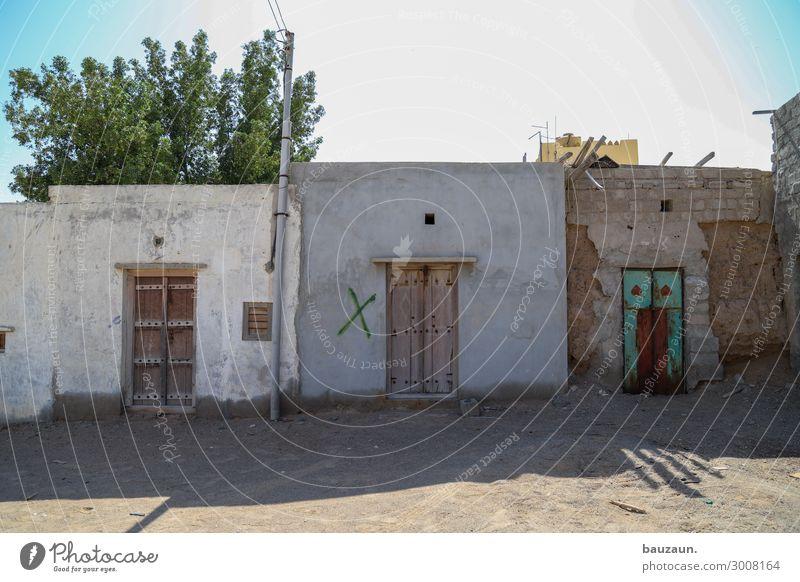 braun braun grün. Ferien & Urlaub & Reisen Häusliches Leben Wohnung Haus Natur Erde Sand Sonne Klima Baum Oman Bauwerk Gebäude Mauer Wand Fassade Tür Kreuz