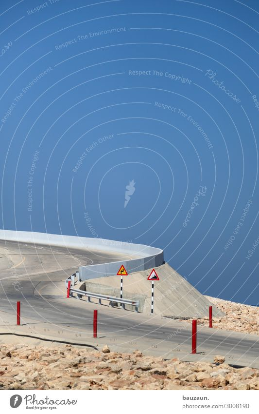 ). Ferien & Urlaub & Reisen Tourismus Himmel Wolkenloser Himmel Sommer Schönes Wetter Wärme Dürre Küste Wüste Oman Verkehr Straße Wege & Pfade Verkehrszeichen